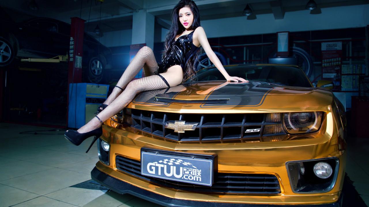火辣身材的奔放车模性感美女写真桌面壁纸高清