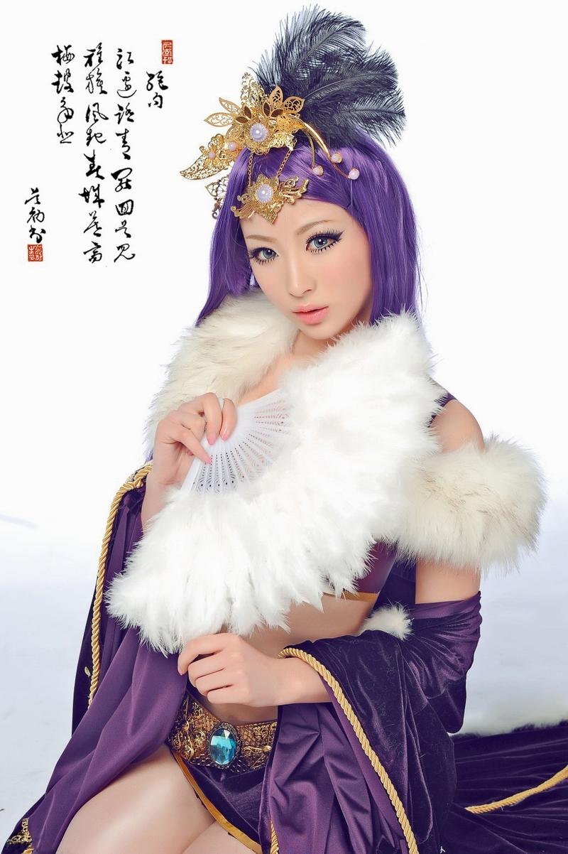人气游戏迎新年 邀爆乳美女拍宣传海报