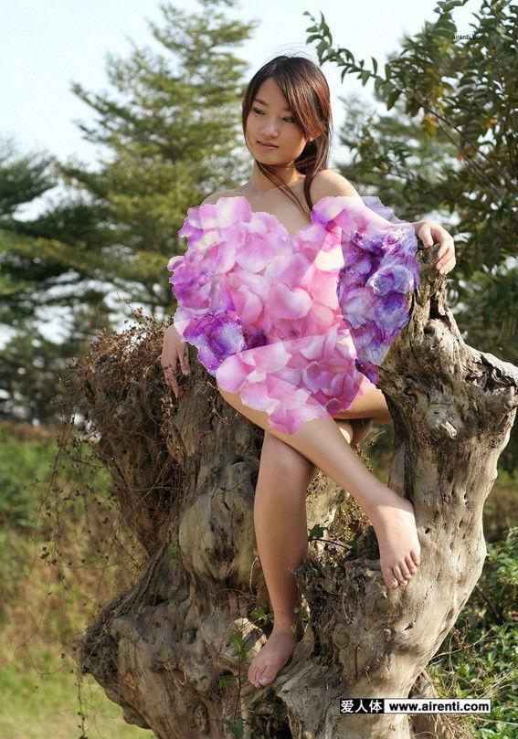 不穿衣服的女人 融合在自然更美