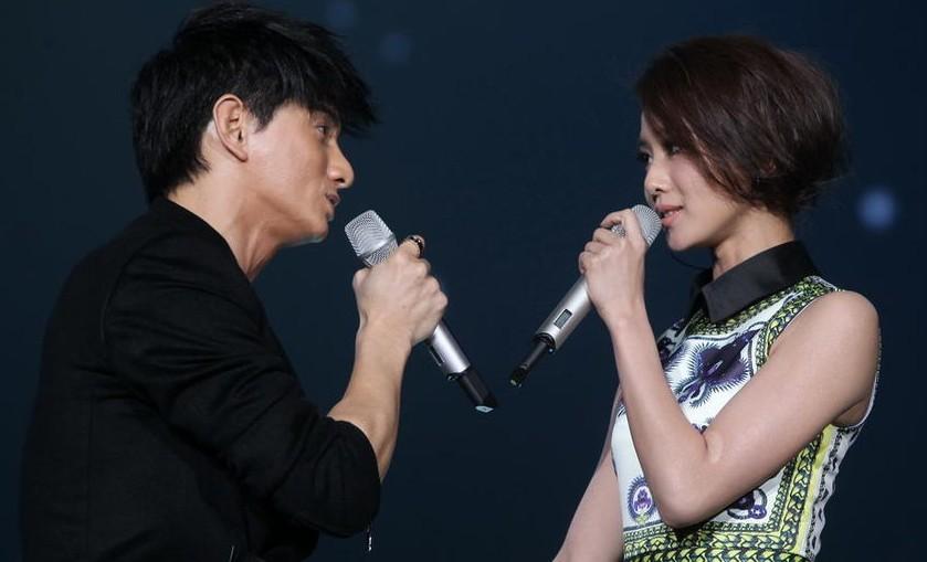 在2012年湖南卫视的跨年演唱会上吴奇隆和刘诗诗改编演绎了男女合唱的图片