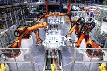 点焊机器人加工汽车车身外壳(图源:kuka)图片