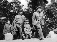 彭德怀与李克农等步入朝鲜停战协定签字现场