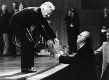 指挥家卡尔·伯姆与卡拉扬(左)握手致意