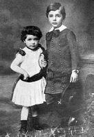 5岁的爱因斯坦和3岁的妹妹