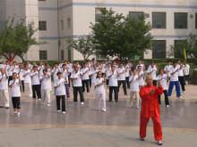 18新利体育登录拳名家郑琛先生带领大家练拳