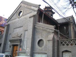 在南北走向的教堂主轴与两条东西走向的横翼的交点各自建有一座中式图片