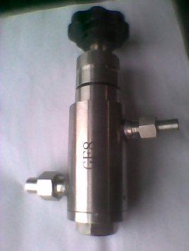 涡高效筒式冷却器,使样水温度冷却至≤40℃,后经不锈钢减压阀使样水图片