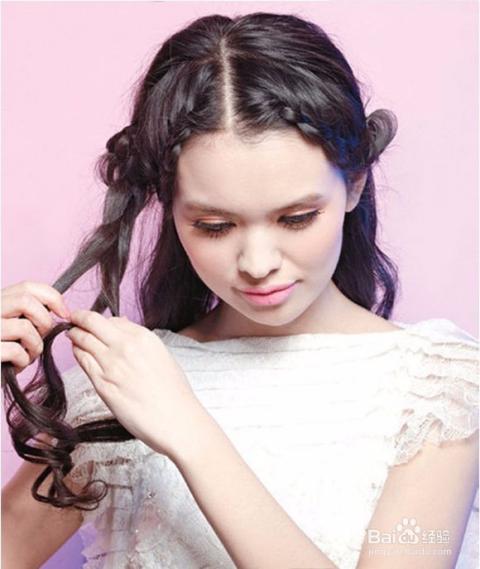 编到上耳尖的时候,开始加入耳朵上方的头发,每编一下都加入拇指粗的一图片