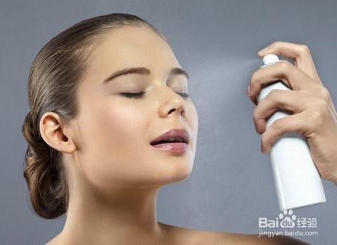 随时给肌肤表面喷洒水分是必不可缺的,当然也别忘了定时喝水.图片