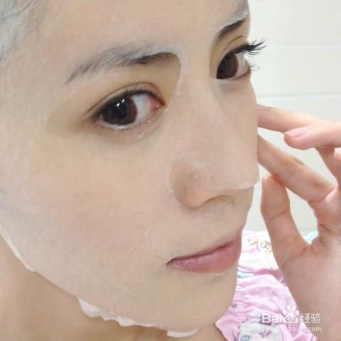 开始贴面膜 当然面膜要选择去黑头收缩毛孔之类的