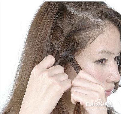第二步:用交叉的方式将三等分的头发进行循环编发.图片
