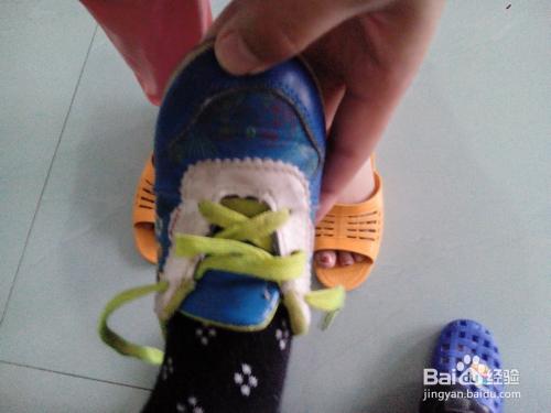 5 把鞋带交叉系后,适度拉紧 6 然后再打个蝴蝶结系 7 用同样的方法穿图片
