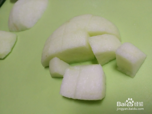 盖住 6 在苹果上方摆上一些葡萄干 7 最后在切一个心形的苹果片,放在图片