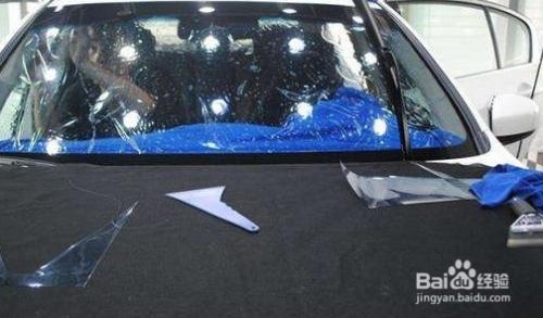 汽车前挡风玻璃膜起波浪怎么去除图片