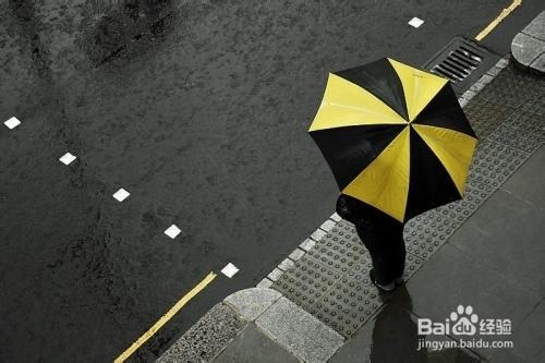 下雨天两人撑伞图片