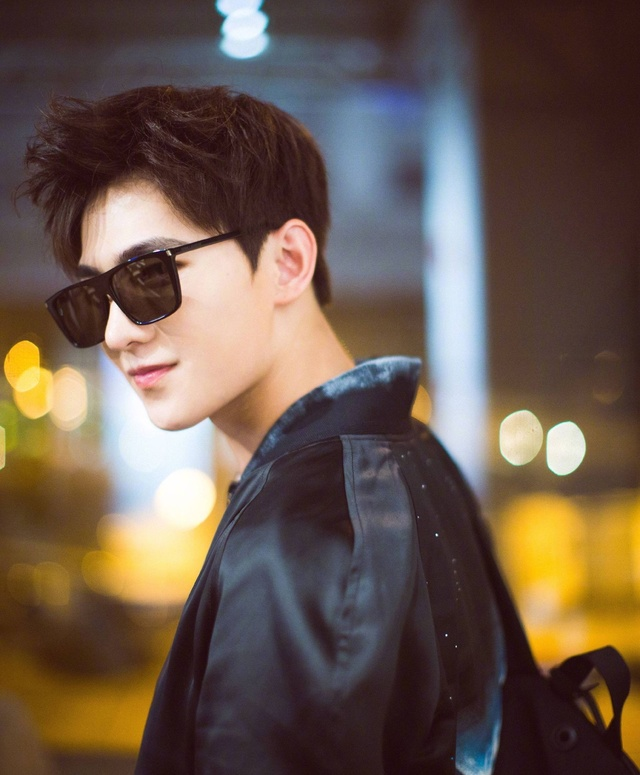杨洋一袭黑衣亮相戛纳街头帅气人除了帅还是帅图片