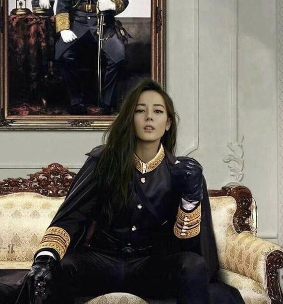娱乐圈女明星坐姿迪丽热巴坐姿帅气赵丽颖娇小.最后一位坐姿最霸气!