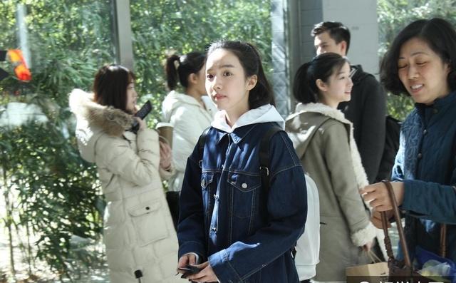 北京电影学院三试第二天 美女考生裸妆清纯出镜图片