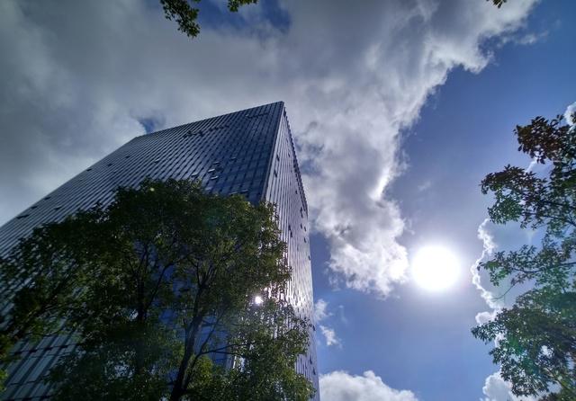 原创 来来来,感受夏天的热情感受深圳的美好时光,高楼大厦蓝天白云美图片