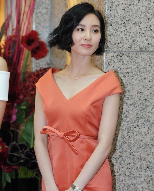 刘诗诗齐耳短发气质优雅 身材纤细图片