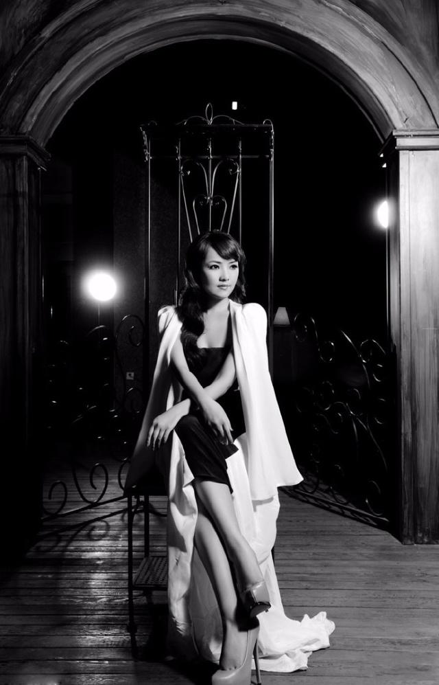 斯琴高丽黑白大片,复古风格气质华丽,身材迷人!图片