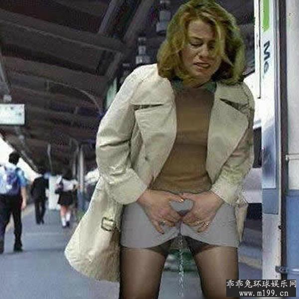 美女实在憋不住尿了内急尿失禁