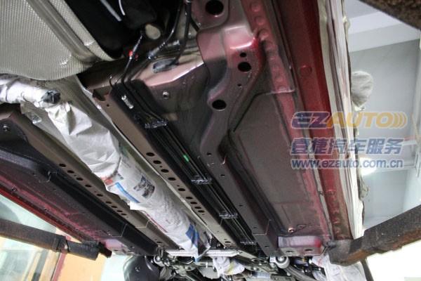 以免施工沾染到排气管部位-夏季多雨汽车底盘易生锈,雨水多,还在高清图片