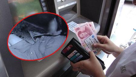 ATM防护罩内女子自杀