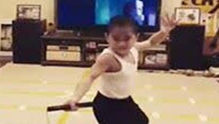 男童模仿李小龙双节棍