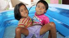 泰国连体姐弟共用下身双脚7年:我们很快乐