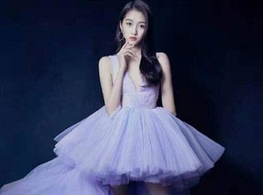 关晓彤紫色蓬蓬裙如初恋  漫画腿惹人羡