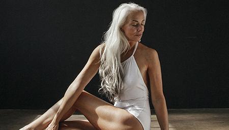 61岁超模奶奶美到巅峰 身材依旧火辣超自信