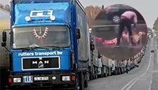 俄一卡车加速过路口时甩出情趣玩具引路人围观