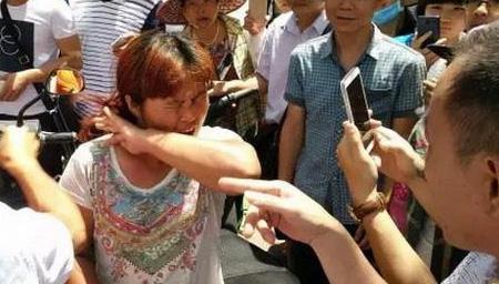 实拍女子当街强抢孩子踢打老人 遭群众围堵