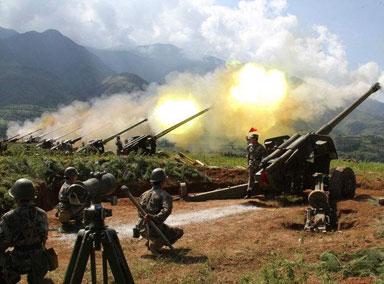 直击炮兵训练:战士昼夜不停
