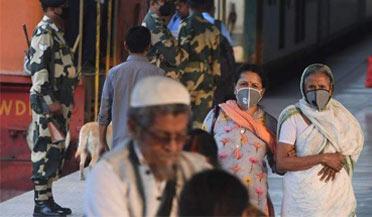 印度医护遭当地民众棍棒袭击