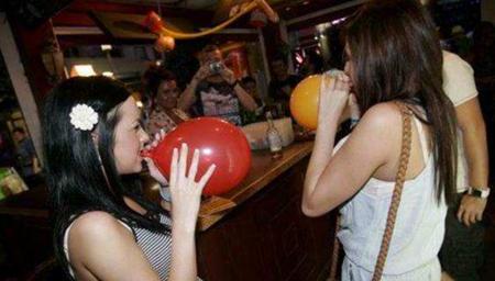 """女子吸""""嗨气球""""发疯"""