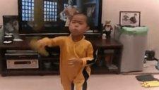 小男孩酷爱李小龙 模仿电影全程神同步