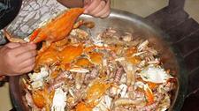 山东渔家过年海鲜论盆吃