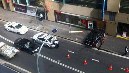 银行女柜员被1.5米长枪顶头 冷静对峙吓退劫匪