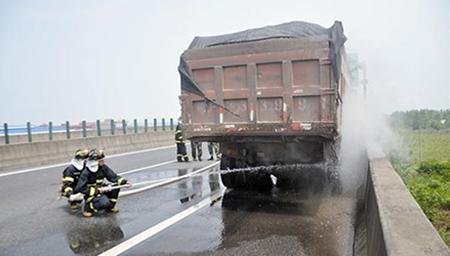 大货车雨天高速上急刹 车身原地打转两圈司机被甩出