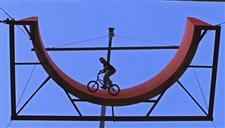 集装箱搭建炫技场 BMX小轮车高手挑战极限坡度