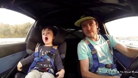 爸爸帶儿子飙车甩尾,小孩子的表情也太有戏了吧!