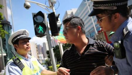 小伙生气闯红灯,被交警抓住,一段对话太搞笑!