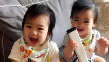林志颖双胞胎儿溜滑梯 对看大笑拍手超萌