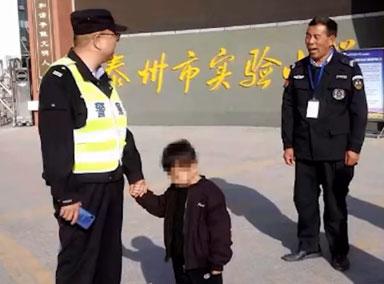 江苏一爷爷把4岁孙子送进小学