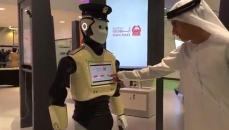 """迪拜""""机器人警察""""正式上岗 能缴罚款会六种语言"""