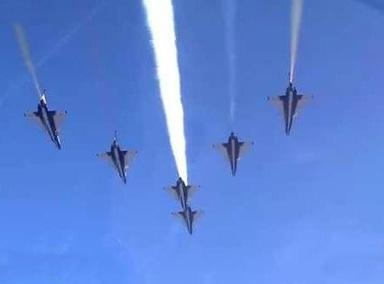八一飞行表演队6架歼-10飞越长城