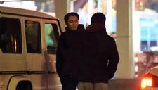李东学会友热聊超默契 风中等车难扰好心情