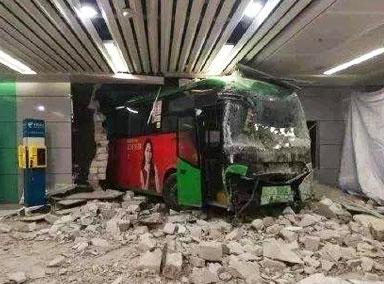 公交车失控撞穿墙一幕曝光